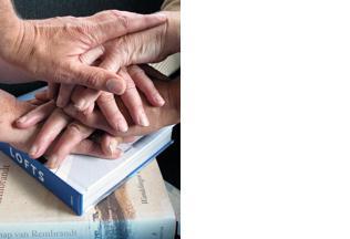 Oudere handen op elkaar